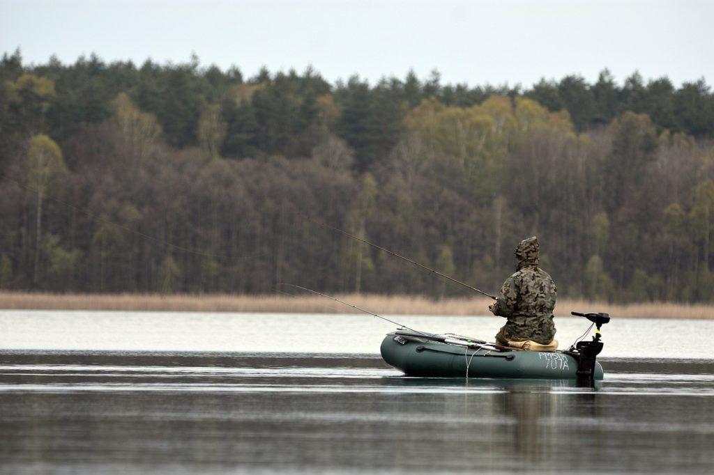 Czy można pływać pontonem po jeziorze lub rzece